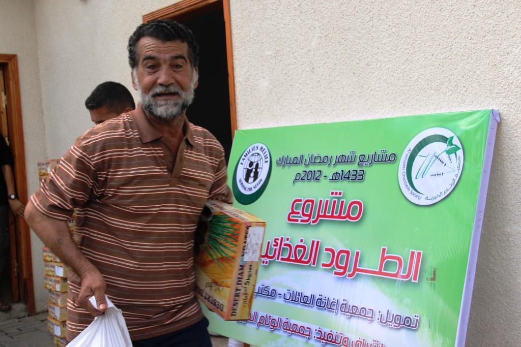 صور توزيع طرود غذائية بتمويل مؤسسة إغاثة العائلات
